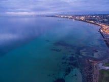 Flyg- sikt av den Flinderskustlinjen och pir med förtöjde fartyg Mig Fotografering för Bildbyråer