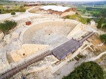 Flyg- sikt av den forntida teatern av Kourion Arkivfoto