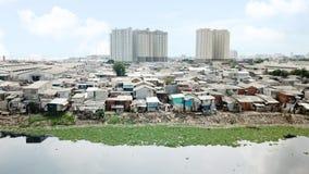Flyg- sikt av den fullsatta slumkvartergrannskapen Arkivfoton