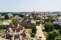 Flyg- sikt av den furstliga domstolen som visar kyrkan för St fredag i Targoviste, Dambovita, Rumänien arkivbilder