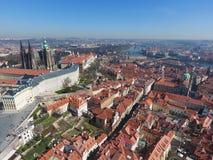 Flyg- sikt av den gamla staden av Prague och det kyrkliga helgonet Vitus i Prague Royaltyfri Bild