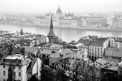 Flyg- sikt av den gamla staden Buda och parlamentbyggnad i Budapest, Ungern Arkivfoto