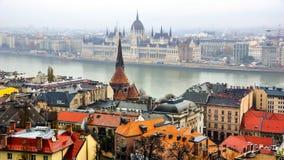 Flyg- sikt av den gamla staden Buda och parlamentbyggnad i Budapest, Ungern Royaltyfri Fotografi