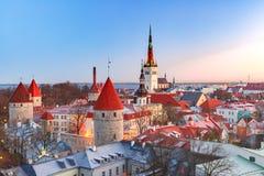 Flyg- sikt av den gamla staden i Tallinn, Estland royaltyfri fotografi