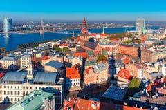 Flyg- sikt av den gamla staden och daugavaen, Riga, Lettland arkivfoto