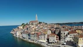 Flyg- sikt av den gamla staden och havet som omger Rovinj, Kroatien arkivfilmer