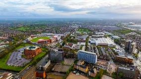 Flyg- sikt av den gamla Trafford syrsan som malas i den Manchester Urban staden Royaltyfria Bilder