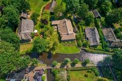 Flyg- sikt av den Giethoorn byn i Nederländerna arkivbilder