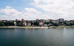 Flyg- sikt av den gröna pittoreska staden på kusten av sjön Ternopil ukraine royaltyfri bild