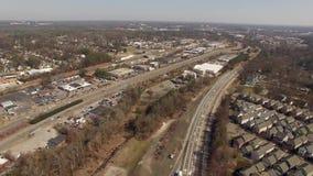 Flyg- sikt av den gula bussen i en grannskap i industriella i stadens centrum Raleigh NC stock video