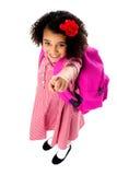 Flyg- sikt av den gulliga flickan som uppåt pekar Fotografering för Bildbyråer