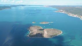 Flyg- sikt av den härliga hjärta-formade ön av Galesnjak som kallas också Ö av förälskelse, i den Pasman kanalen, Kroatien stock video