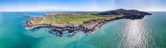 Flyg- sikt av den härliga kusten och klipporna mellan den norr buntdimmastationen och Holyhead på Anglesey, norr Wales royaltyfria bilder