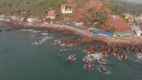 Flyg- sikt av den h?rliga naturen av Goa Stenig kust n?ra den Arambol stranden india arkivfilmer