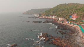 Flyg- sikt av den h?rliga naturen av Goa Stenig kust n?ra den Arambol stranden india stock video