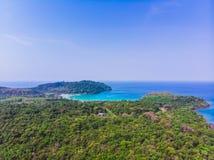 Flyg- sikt av den härliga stranden och havet med kokosnötpalmträdet Royaltyfria Foton