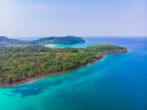 Flyg- sikt av den härliga stranden och havet med kokosnötpalmträdet Arkivbild