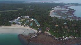 Flyg- sikt av den härliga tropiska stranden med hotellsemesterorten som omges av gröna träd skjutit Paradise destination för arkivfilmer