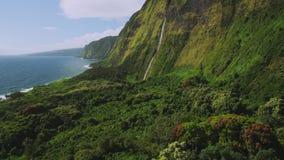 Flyg- sikt av den härliga vattenfallet på den norr kusten av Kauai, Hawaii stock video