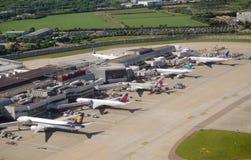 Flyg- sikt av den Heathrow flygplatsen Arkivbilder