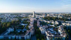 Flyg- sikt av den Helsingfors staden på den härliga sommardagen Vuosaari på solnedgången arkivfoto