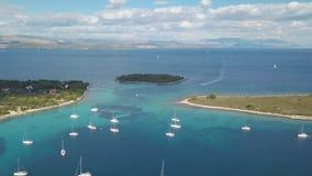 Flyg- sikt av den hemtrevliga medelhavs- ön hav för blått croatia destinationsö för korcula för adriatic touristic populärt parad lager videofilmer