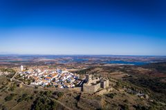 Flyg- sikt av den historiska byn av Monsaraz i Alentejo med den Alqueva fördämningbehållaren på bakgrunden Royaltyfria Bilder