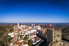 Flyg- sikt av den historiska byn av Monsaraz i Alentejo med den Alqueva fördämningbehållaren på bakgrunden Royaltyfri Bild