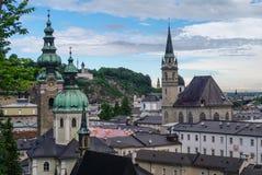 Flyg- sikt av den historiska staden av Salzburg på molnigt väder, royaltyfria foton