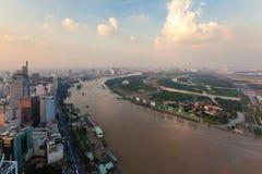 Flyg- sikt av den Ho Chi Minh stadsflodstranden Saigon på aftonen Royaltyfria Bilder