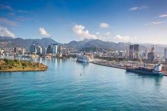 Flyg- sikt av den Honolulu hamnen med kryssningskeppet Arkivfoto