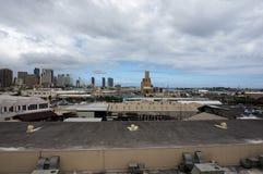 Flyg- sikt av den Honolulu porten och den i stadens centrum horisonten Arkivfoton