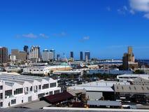 Flyg- sikt av den Honolulu porten och den i stadens centrum horisonten Arkivbild
