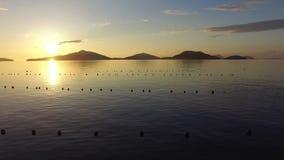 Flyg- sikt av den härliga solnedgången stock video