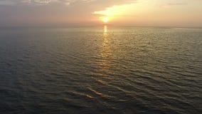 Flyg- sikt av den härliga solnedgången ovanför havet arkivfilmer
