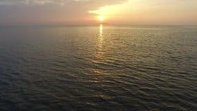 Flyg- sikt av den härliga solnedgången ovanför havet lager videofilmer