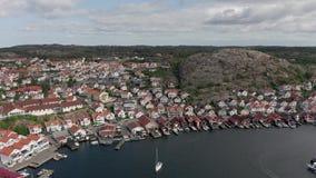 Flyg- sikt av den Hunnebostrand hamnen, Sverige stock video