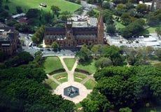 Flyg- sikt av den Hyde Park och Sts Mary domkyrkan från Sydney Eye Tower Royaltyfri Fotografi