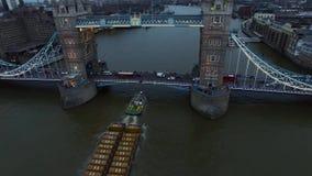 Flyg- sikt av den iconic gränsmärket som är tornbron, som korsar flodThemsen i London arkivfilmer