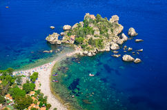 Flyg- sikt av den Isola Bella stranden i Taormina, Sicilien arkivfoton