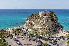 Flyg- sikt av den Isola för Santa Maria dell` kyrkan - Tropea, Calabria, Italien Royaltyfria Bilder