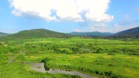 Flyg- sikt av den Jesenica floden och att omge i den kroatiska regionen Lika lager videofilmer