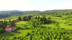 Flyg- sikt av den Jesenica floden och att omge i den kroatiska regionen Lika arkivfilmer