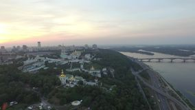 Flyg- sikt av den Kiev-Pechersk Lavra kloster, Ukraina Video 4K stock video