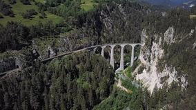 Flyg- sikt av den Landwasser viadukten, Schweiz stock video