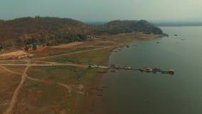 Flyg- sikt av den lantliga platsen av den Krasiew fördämningen Suphanburi Thailand lager videofilmer