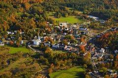 Flyg- sikt av den lantliga Vermont staden. arkivbilder