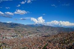 Flyg- sikt av den LaPaz staden i Bolivia arkivbild