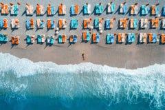 Flyg- sikt av den liggande kvinnan på stranden fotografering för bildbyråer