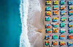 Flyg- sikt av den liggande kvinnan på stranden arkivbild